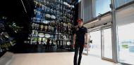 Max Verstappen en la entrada de su nueva fábrica, Milton Keynes - LaF1