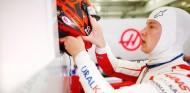 Mazepin en el garaje de Haas - SoyMotor.com