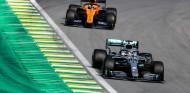 Lewis Hamilton y Carlos Sainz en el GP de Brasil 2019 - SoyMotor.com