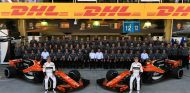 Foto de familia de McLaren durante el GP de Brasil 2017 - SoyMotor.com