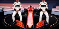 Fernando Alonso y Stoffel Vandoorne posan con el MCL32 - SoyMotor