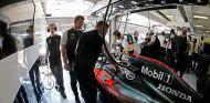 Los mecánicos de McLaren trabajando en el coche de Button - LaF1