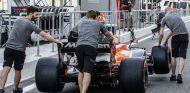 Mecánicos de McLaren con el MCL32 en Yas Marina - SoyMotor.com