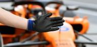 Un mecánico indica a Sainz que debe detenerse en Yas Marina - SoyMotor.com