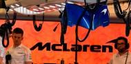 Mecánicos de McLaren en el garaje - SoyMotor.com