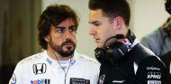 Alonso y Vandoorne durante un GP esta temporada - SoyMotor