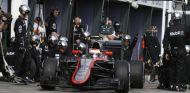 Jenson Button haciendo un pit stop en Australia - LaF1.es