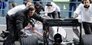 Mecánicos de McLaren llevando el MP4-30 al garaje - LaF1.es