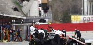 El MP4-30 de McLaren-Honda llevado al box en Barcelona - LaF1.es