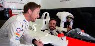 Jenson Button y Fernando Alonso con el MP4-4 de Ayrton Senna - LaF1