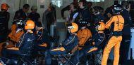 Mecánicos de McLaren en una imagen de archivo - SoyMotor