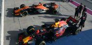 Monoplazas de Alonso y Ricciardo durante un GP de 2017 - SoyMotor.com