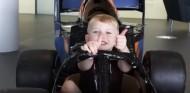 VÍDEO: McLaren sorprende a su fan más joven con una visita a Woking - SoyMotor.com
