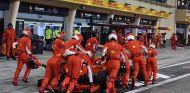 Mecánicos de Ferrari con el SF71H de Kimi Räikkönen - SoyMotor.com