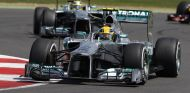 Lewis Hamilton y Nico Rosberg al volante de sus Mercedes W04 en el GP de Inglaterra de 2013.