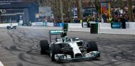Ambos Mercedes celebrando el título de campeones - LaF1.es