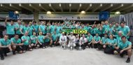 El equipo Mercedes al completo celebra su undécimo doblete de la temporada - LaF1