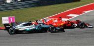 Hamilton y Vettel durante el GP de Estados Unidos F1 2017 - SoyMotor.com