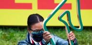Hamilton saca pecho por subir al podio por primera vez a una mujer afroamericana - SoyMotor.com
