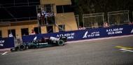 Hamilton cruza la línea de meta en el GP de Baréin 2021 - SoyMotor.com