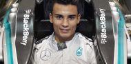 Pascal Wehrlein subido en el W05 de Mercedes - LaF1.es