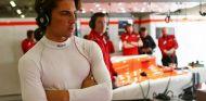 Roberto Merhi en el box de Manor - LaF1
