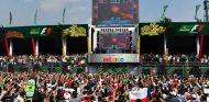 Fans en la zona del podio del GP de México durante el concierto de Hardwell - SoyMotor.com