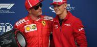 Kimi Räikkönen recibe el premio de la Pole de Monza de manos de Mick Schumacher - SoyMotor