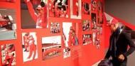 Mick Schumacher visita la exposición del museo Ferrari dedicada a su padre - SoyMotor.com