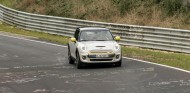 El Mini Cooper SE completa el circuito de Nürburgring ¡sin frenar! - SoyMotor.com