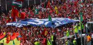 Banderas y aficionados en plena recta de Monza – SoyMotor.com