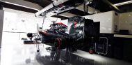 El MP4-30 de Alonso en el box de McLaren tras la carrera de Japón - LaF1