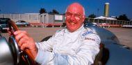 Murray Walker con un Mercedes de F1 en Stuttgart en 1999