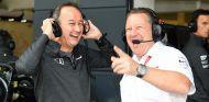Jonathan Neale y Zak Brown en Silverstone - SoyMotor.com