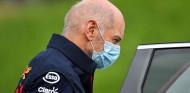Newey vuelve tras un accidente en bicicleta... y encuentra los problemas del Red Bull - SoyMotor.com