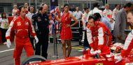 Newey, vigilando de cerca el Ferrari F138 de Alonso en India 2013 - SoyMotor.com