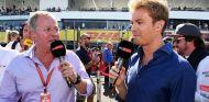 Nico Rosberg como comentarista, a la derecha – SoyMotor.com