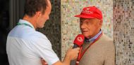 Niki Lauda atendiendo a la prensa en Abu Dabi - SoyMotor