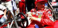Niki Lauda subido en su Ferrari de 1976 - LaF1.es