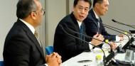 Makoto Uchida (centro) en la presentación de los resultados de Nissan - SoyMotor.com