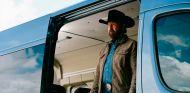 Chuck Norris no va en coche, tiene toda una flota de furgones -SoyMotor.com