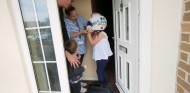 Eva recibe el casco de Lando Norris - SoyMotor.com