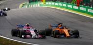 Esteban Ocon y Fernando Alonso en Brasil 2018 - SoyMotor.com