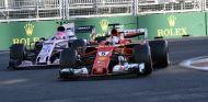 Esteban Ocon por detrás del Ferrari de Sebastian Vettel en Bakú – SoyMotor.com