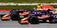 Daniel Ricciardo y Daniil Kvyat rodando en paralelo en Malasia - LaF1