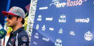 Carlos Sainz habla con la prensa - LaF1