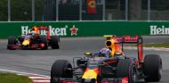 Max Verstappen y Daniel Ricciardo durante la carrera en Canadá - LaF1