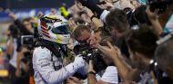 Lewis Hamilton festeja su triunfo en el Pit Lane de Baréin - LaF1