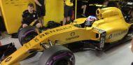 Palmer dentro del box de Renault - LaF1