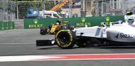 Los coches de Renault (segundo plano) y Williams (frente) en Bakú – SoyMotor.com